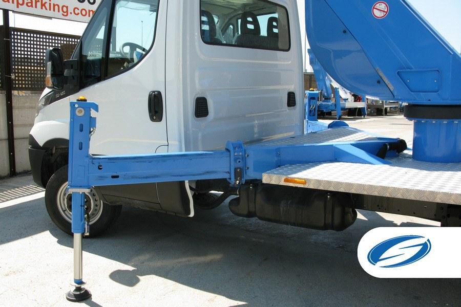 plataforma elevadora sobre camión ForSte20T estabilizadores Socage