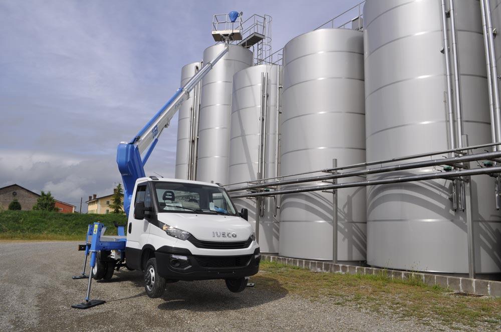 Camión con cesta elevadora 18T en trabajos aéreos