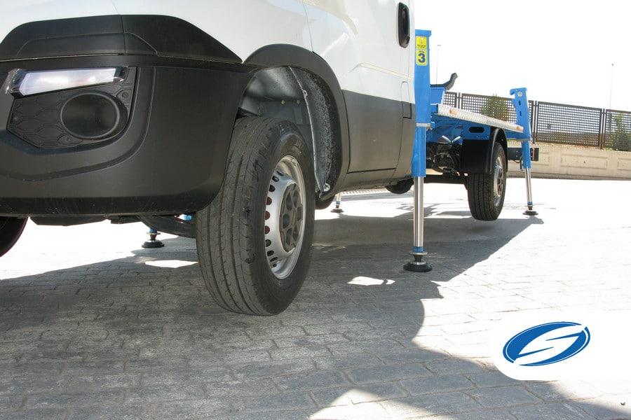 camion con cesta elevadora ForSte 16T estabilizadores Socage
